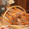 Хлеб в плоской корзине