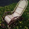 Кресло качалка ведуга на фоне одуванчиков