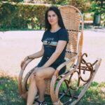 Девушка в кресле качалке